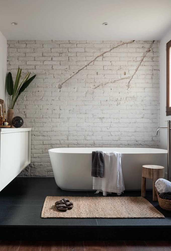 Banheiro com tijolinhos brancos. Mantenha a aparência original da parede para um efeito ainda mais dramático