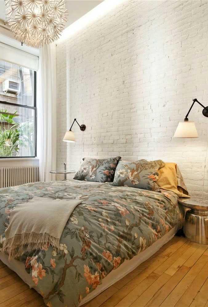 O quarto fica mais aconchegante com a parede de tijolinhos brancos