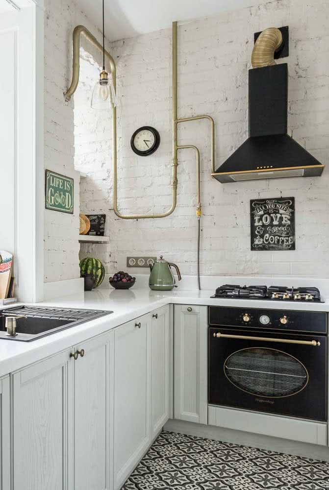 Tijolos brancos de demolição para essa cozinha que passeia entre o retrô e o industrial
