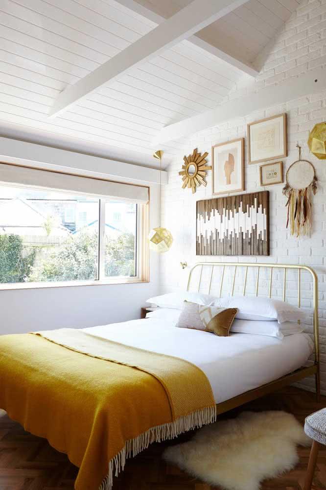 Um verdadeiro quarto boho com direito a tijolinhos brancos e teto de madeira