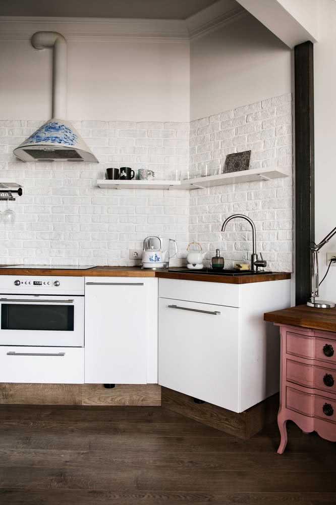 Tijolos brancos 3D na parede da cozinha