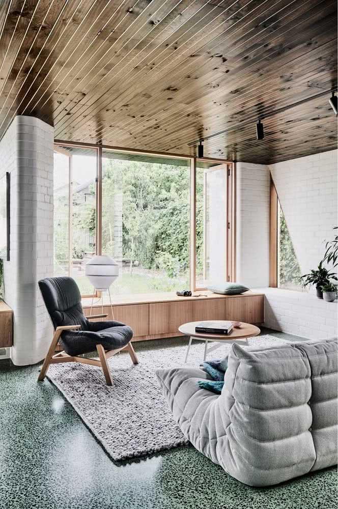 Os tijolinhos brancos ficam incríveis quando combinados a madeira