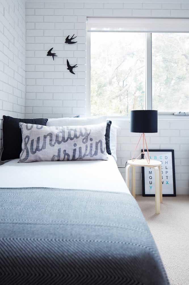 Quarto jovem com papel de parede de tijolinho branco: solução prática e barata