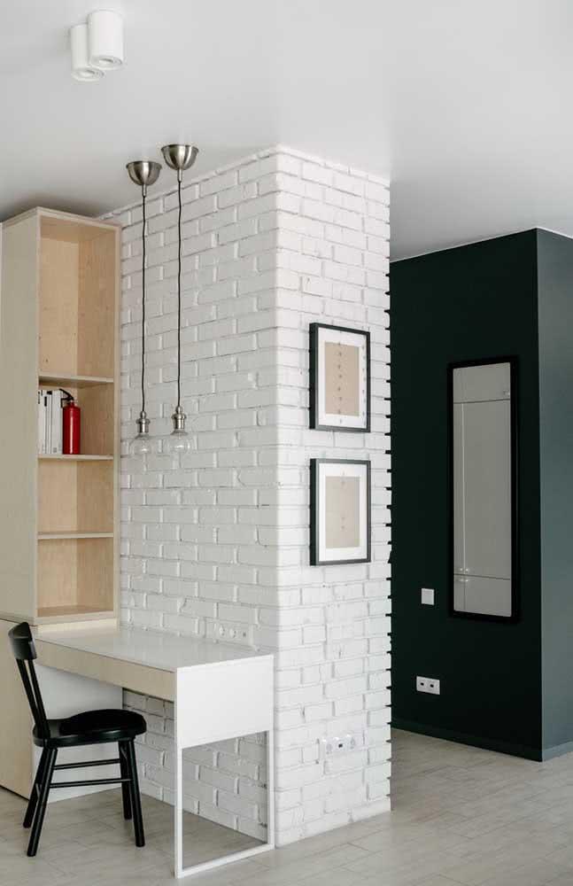 Um ambiente simples, valorizado pela parede de tijolinhos brancos