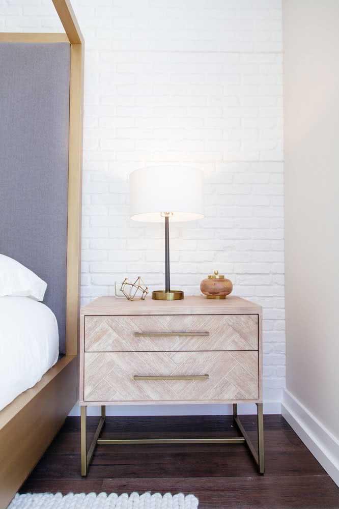 No quarto do casal, o tijolinho branco garante um toque de romantismo e delicadeza, mas sem cair em clichês