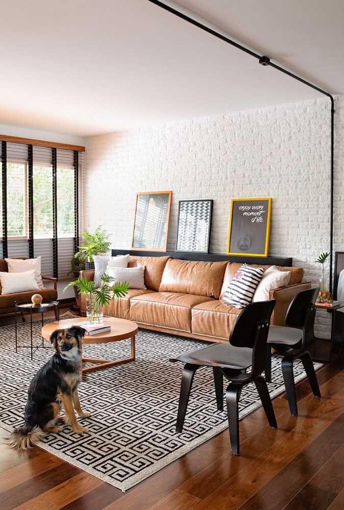 A decoração moderna da sala de estar casou perfeitamente com a parede de tijolinhos brancos