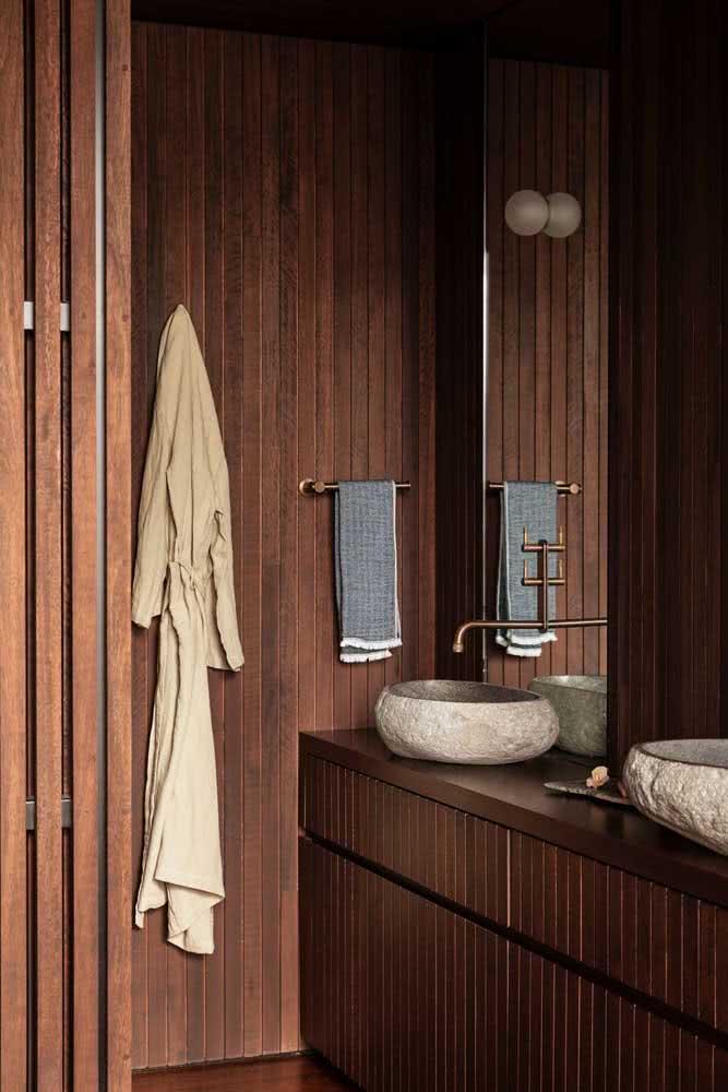 Banheiro amadeirado em todos os detalhes: do piso à parede, passando pelo móvel