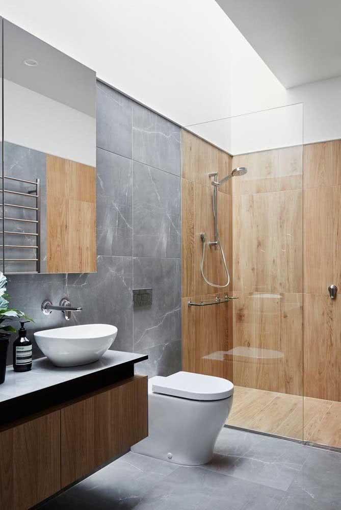 Banheiro amadeirado com cinza. Repare que aqui o box foi revestido com porcelanato