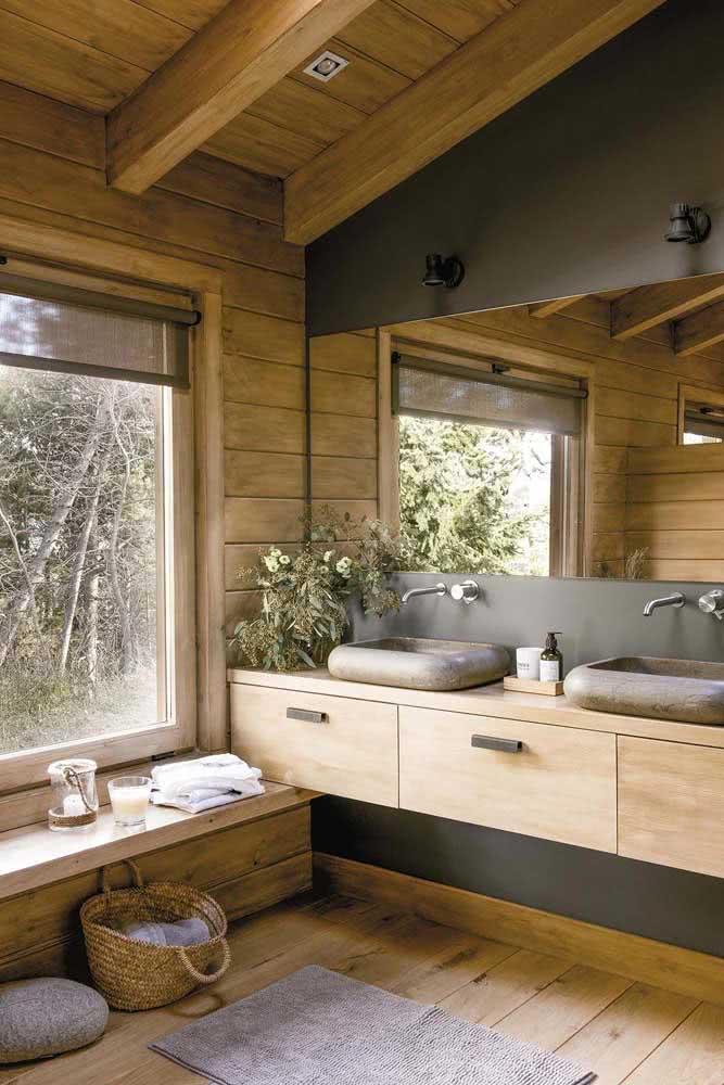 Banheiro amadeirado rústico, digno de uma casa de campo