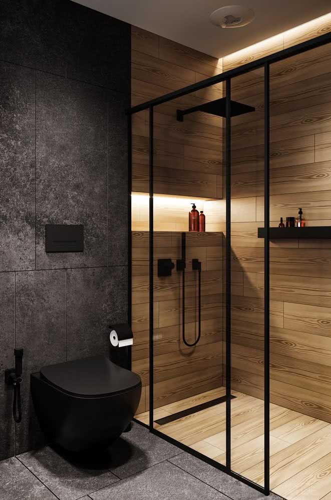 Já para os moderninhos, a opção é por um banheiro amadeirado com detalhes em preto