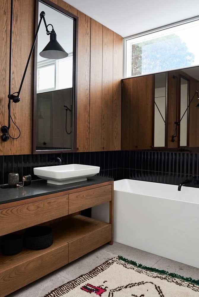 Banheiro amadeirado combinando com o revestimento cerâmico preto
