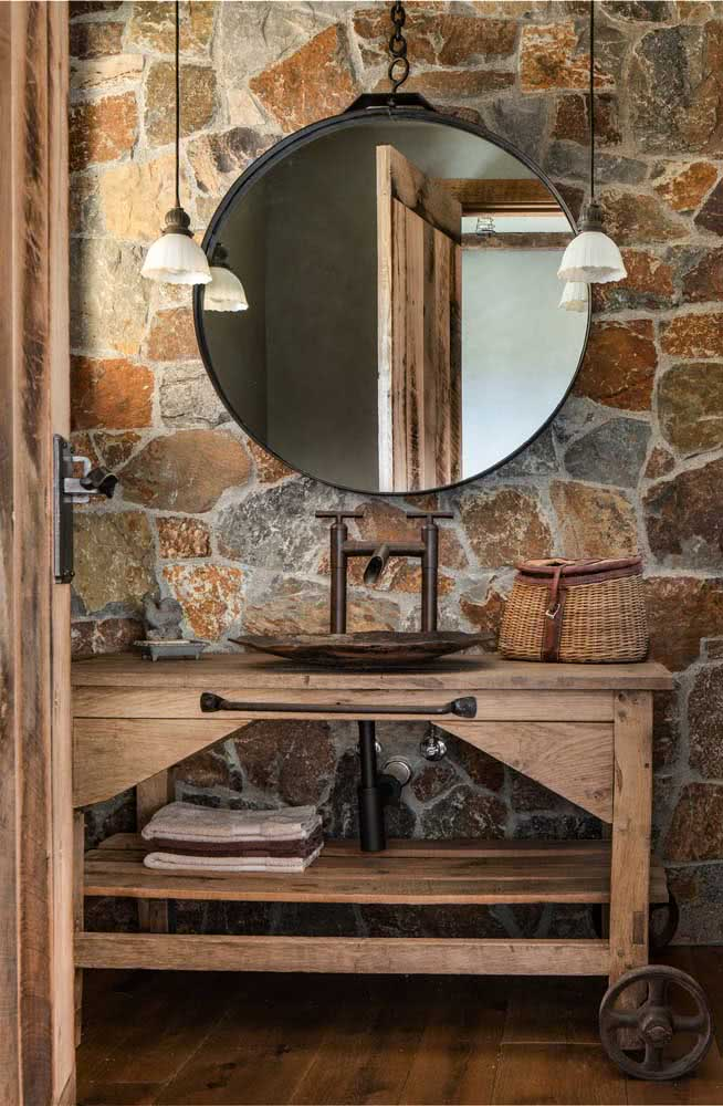 Madeiras e pedras para um banheiro rústico