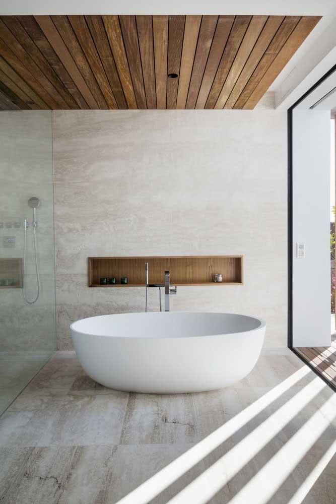 Banheiro branco e amadeirado: elegante e sofisticado