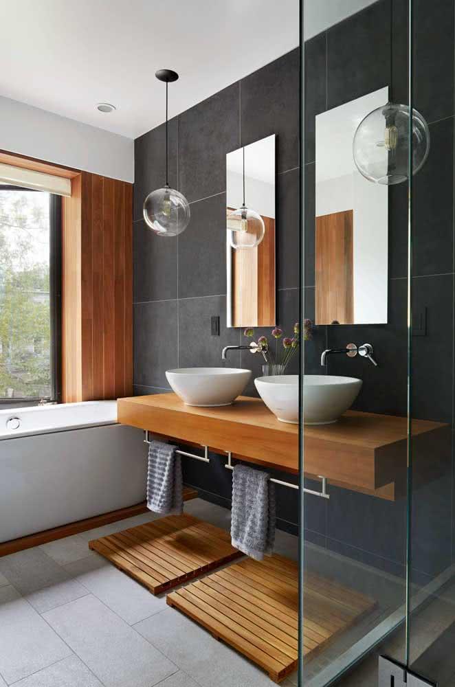 Banheiro amadeirado branco e cinza: modernidade e conforto podem ser aliados