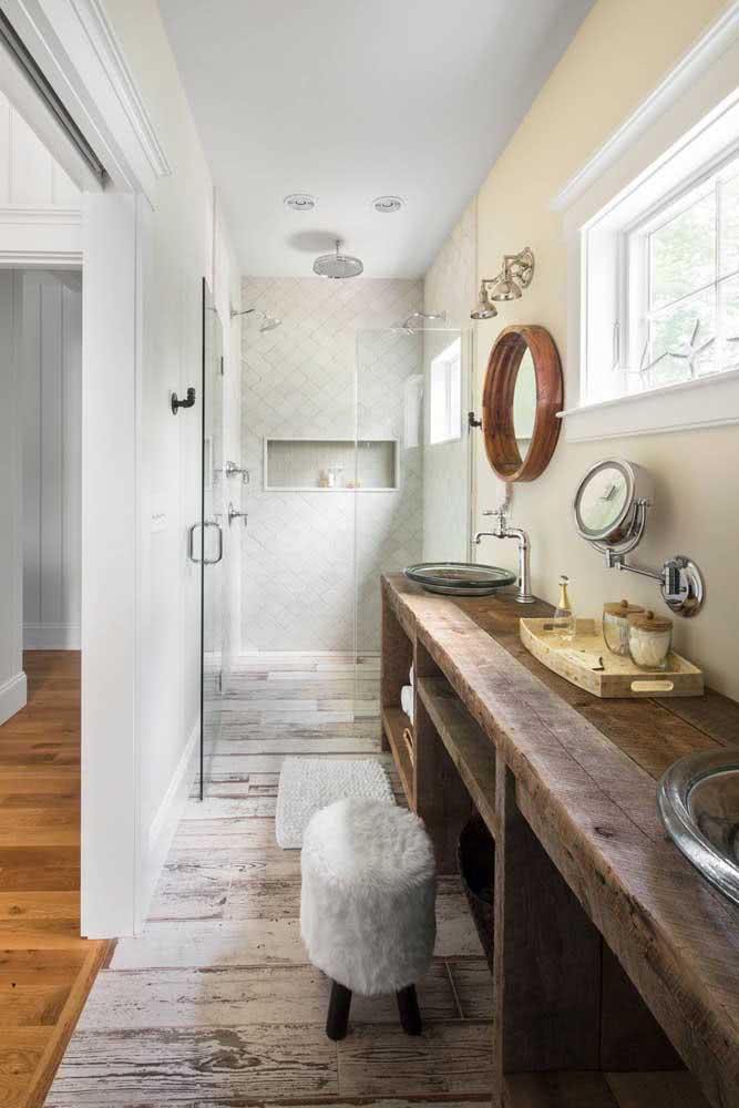 Já pensou em uma bancada de madeira rústica no seu banheiro?