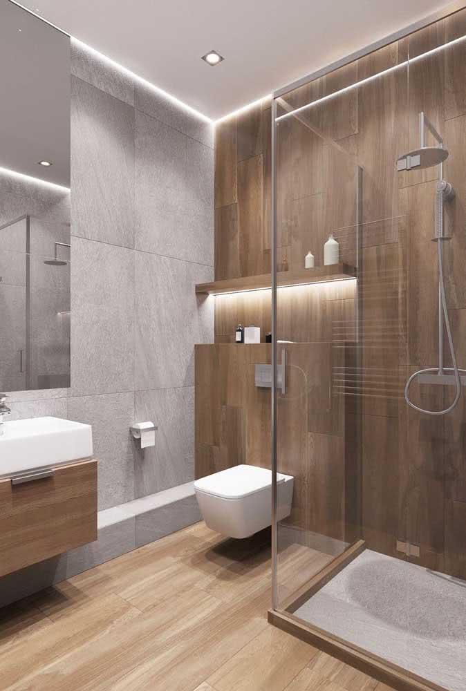 Banheiro com revestimento de porcelanato amadeirado. Resultado realista