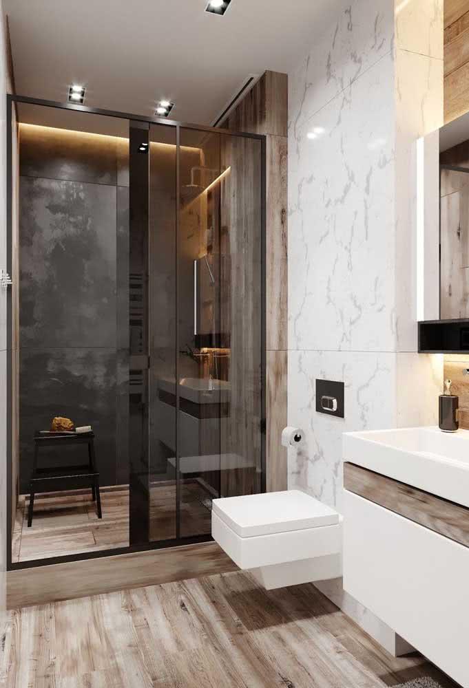 O tom claro da madeira valoriza banheiros pequenos e projetos de estilo moderno