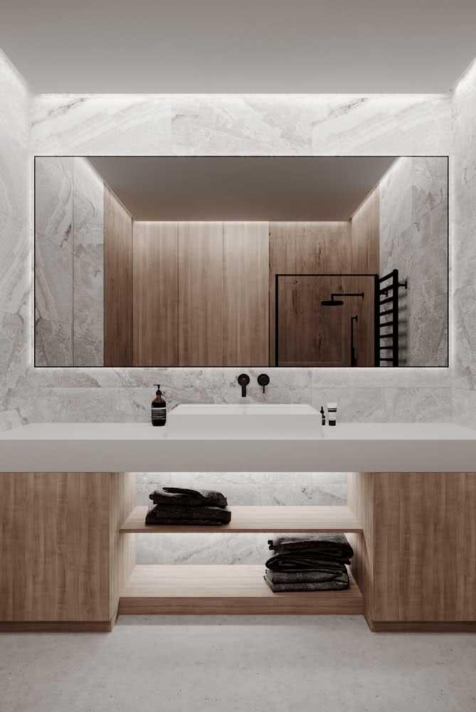 A sofisticação do banheiro branco aliada ao conforto da madeira