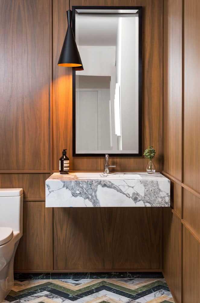 Madeira e mármore: uma combinação atemporal para o banheiro