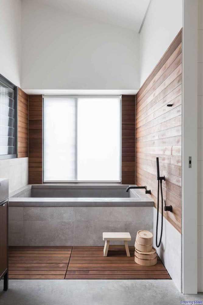 Banheiro moderno amadeirado valorizando a área da banheira