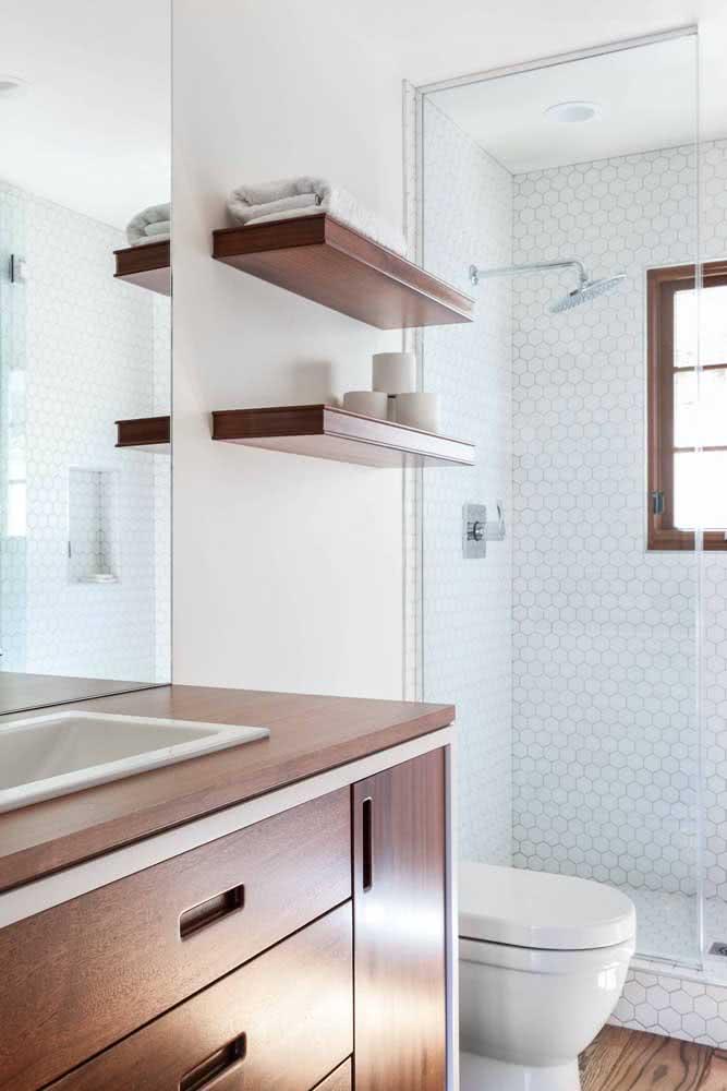 E se o banheiro branco estiver muito sem graça aposte em detalhes amadeirados