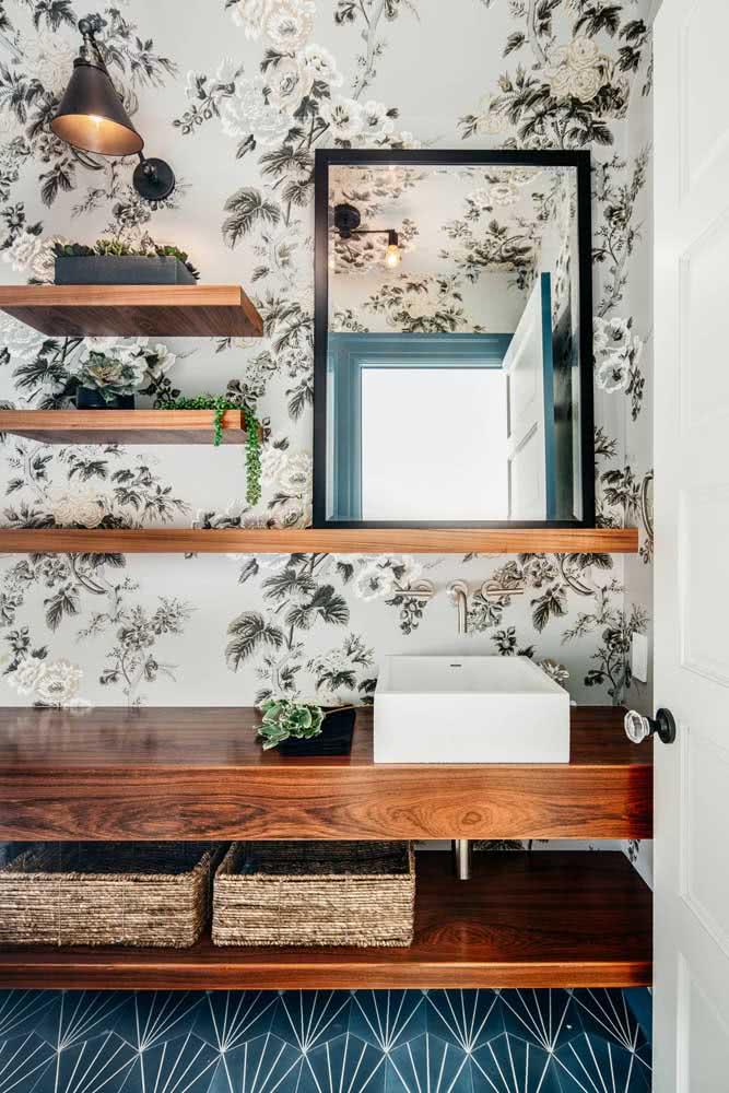 Que tal combinar papel de parede com madeira? A sensação de conforto e acolhimento é ainda maior