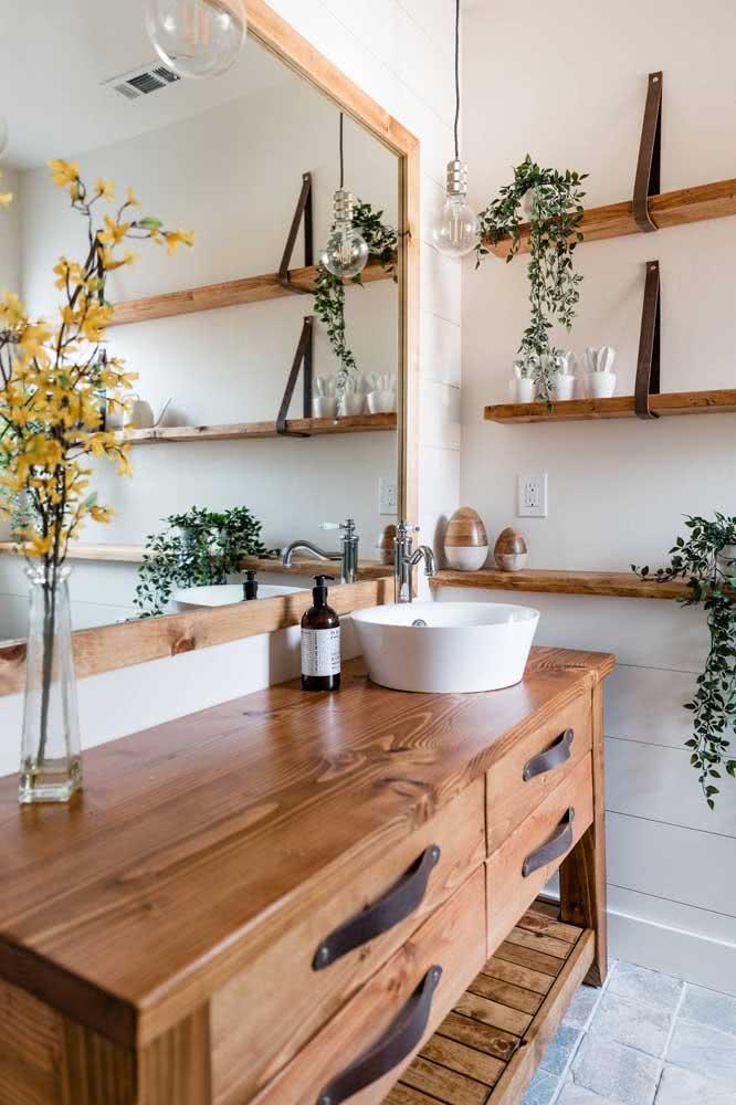 Móveis rústicos de madeira trazem personalidade ao banheiro amadeirado