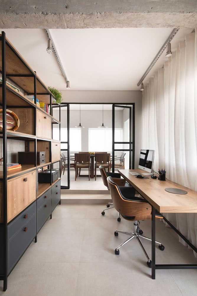 Mesa industrial para escritório em harmonia com o armário
