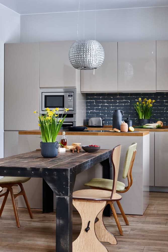 O estilo clássico da cozinha não foi problema para essa mesa industrial rústica