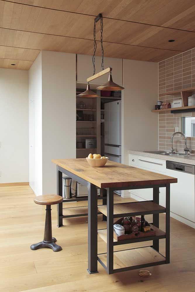Mesa industrial para cozinha com prateleiras laterais e um banquinho para completar