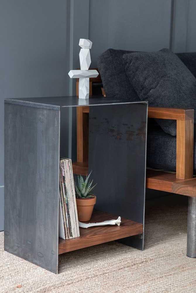 Essa mesa lateral em estilo industrial tem jeitinho de nicho