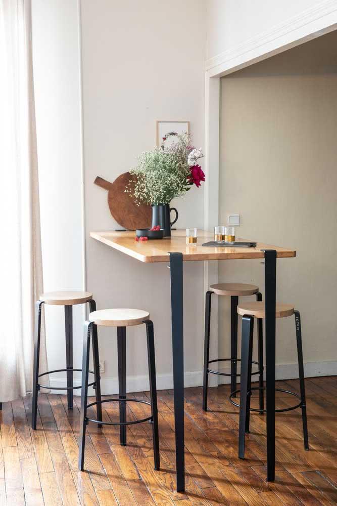 Mesa industrial pequena com banquetas. Uma ótima solução para ambientes integrados