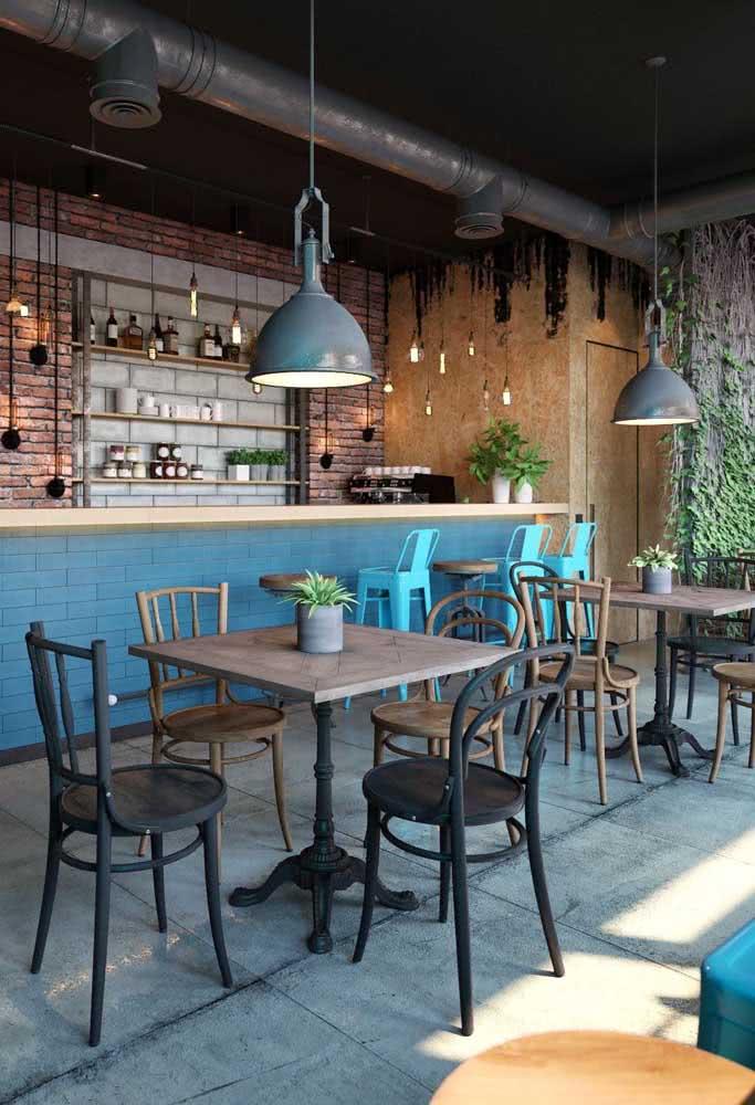 Mesas industriais para acomodar os clientes do bar e restaurante