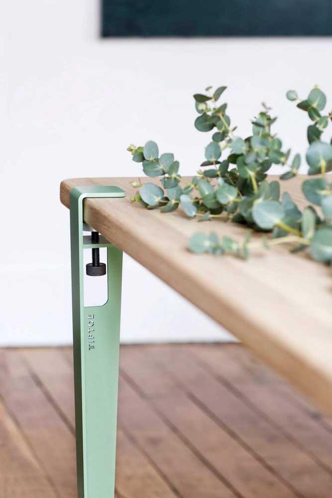 Sempre funcional! Aqui, a mesa possui regulagem de altura
