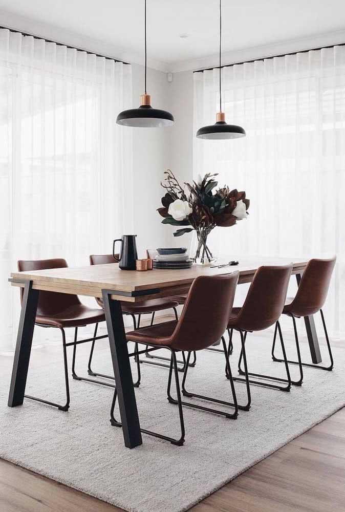 Uma sala minimalista valorizada pela mesa industrial