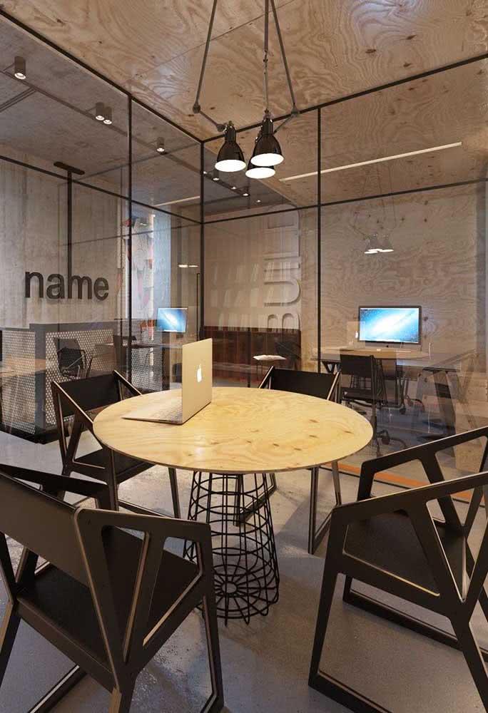 Mesa industrial para escritório. O formato redondo é ideal para ambientes pequenos