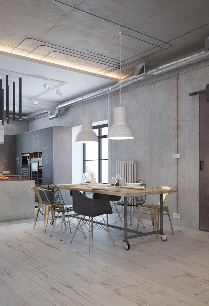 Cadeiras modernas adornando a mesa industrial