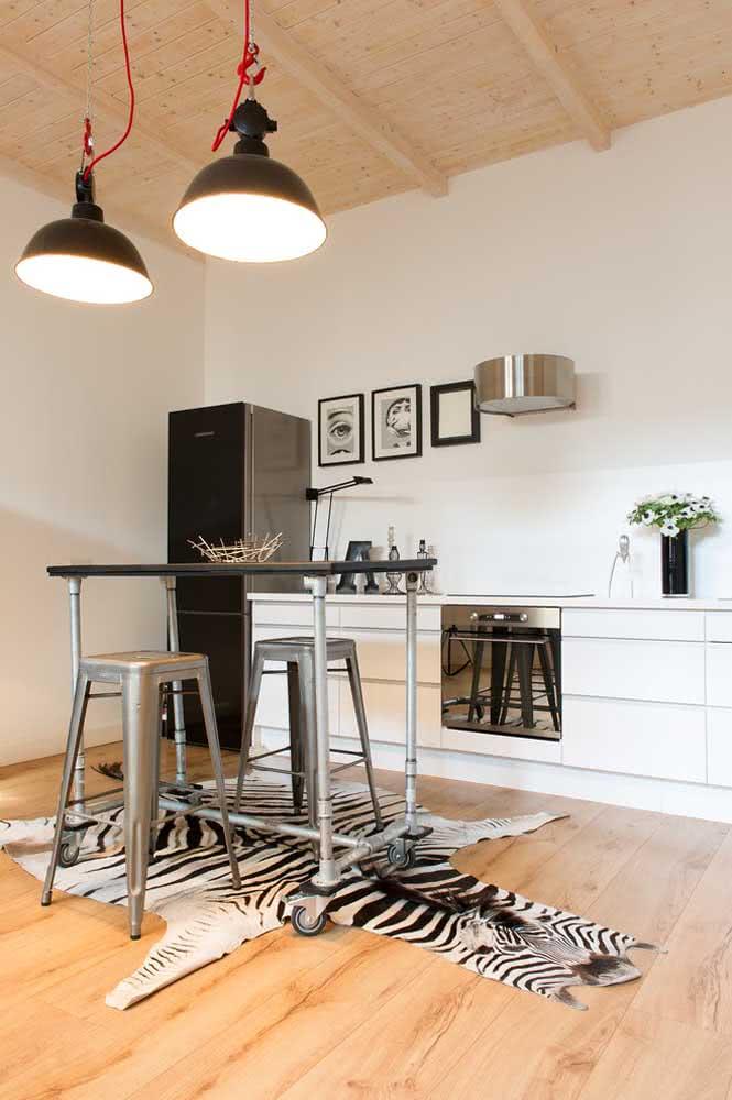 Mesa industrial de inox para cozinha: não falta estilo por aqui