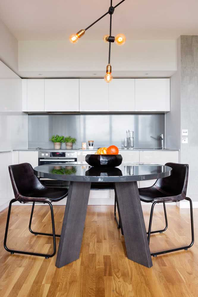 Mesa redonda industrial: perfeita para espaços pequenos