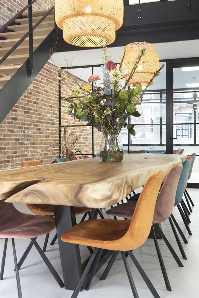 Mesa industrial combina com tijolinhos e vigas de ferro