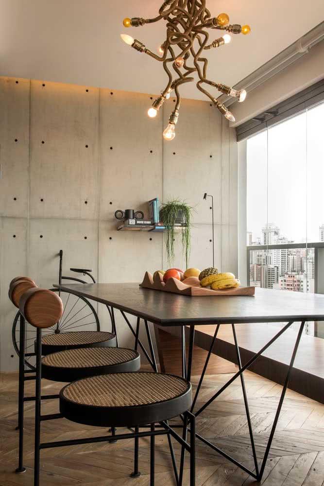 O concreto aparente e o cimento queimado também são bem vindos na decoração com mesa industrial
