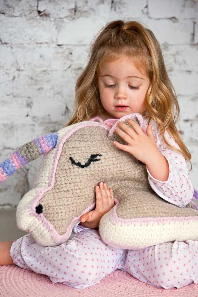 Unicórnio de crochê para abraçar e dormir juntinho