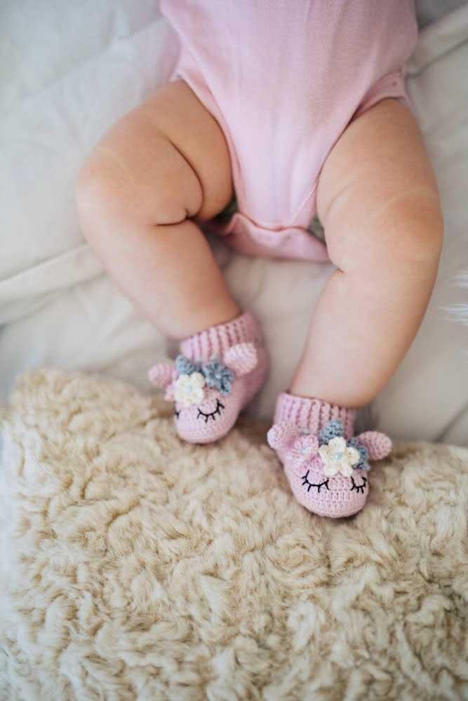 Sapatinhos de unicórnios de crochê para manter os pezinhos do bebê sempre quentinhos