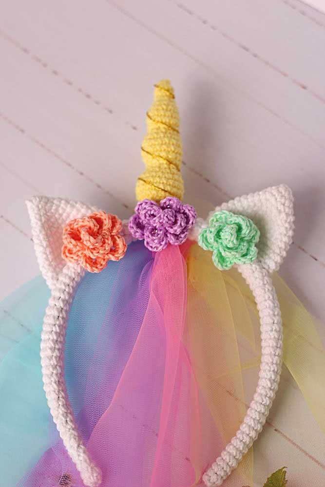 Pra completar a tiarinha de unicórnio, algumas tiras de tule colorido
