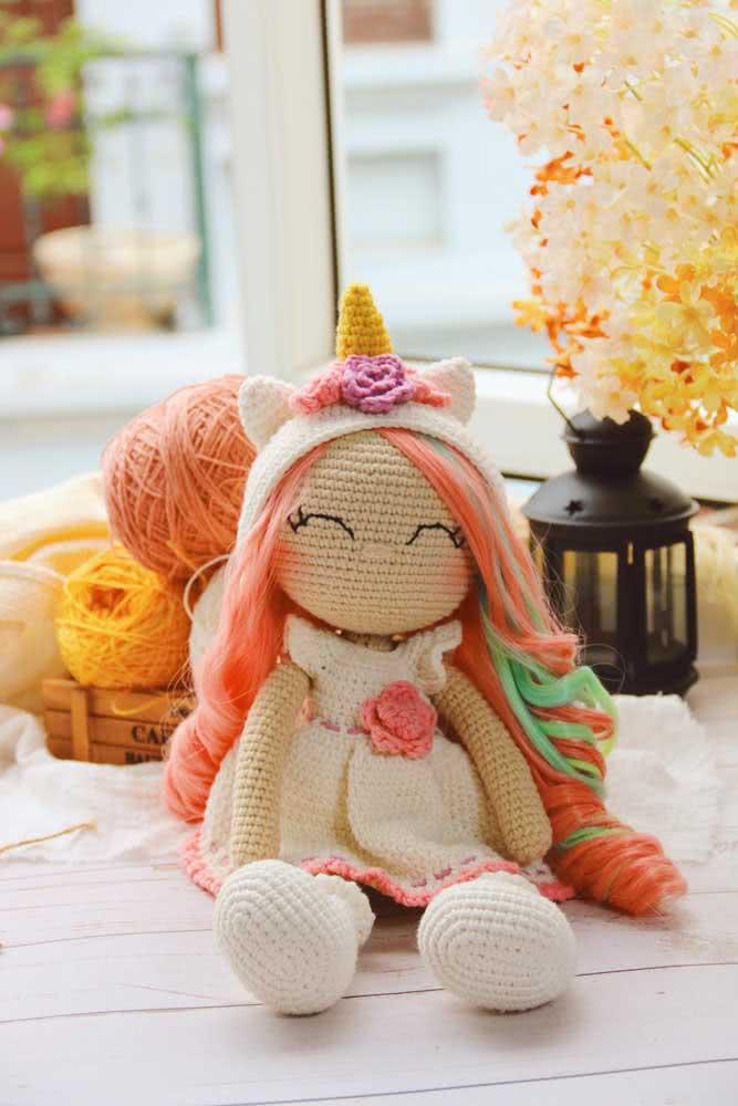 Uma menininha com tiara de unicórnio: tudo em crochê!