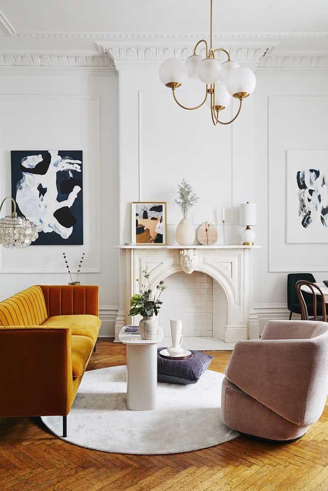 Composição de quadros na sala de estar. Destaque para a simetria entre os lados e o uso de cores claras neutras combinando com a decoração