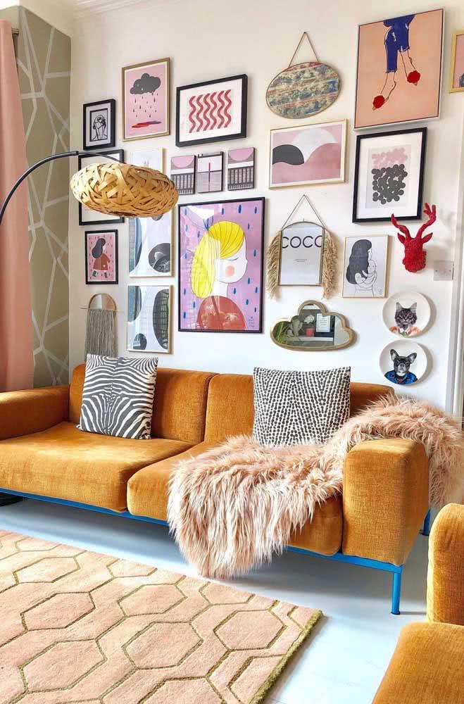 Composição de quadros tumblr na sala de estar destacando o sofá