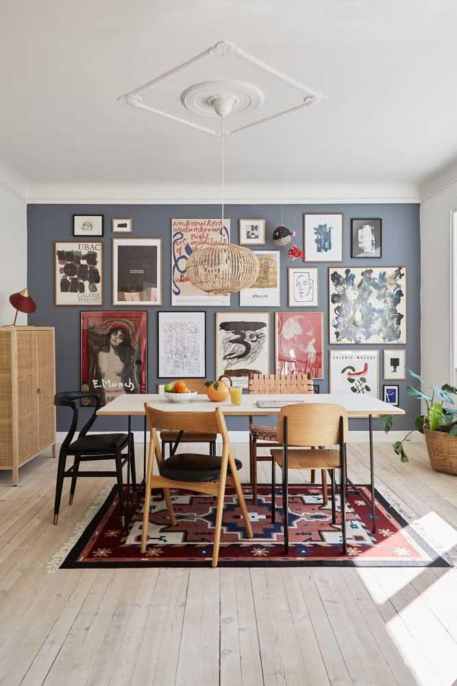 A parede cinza ficou perfeita para receber a galeria de quadros