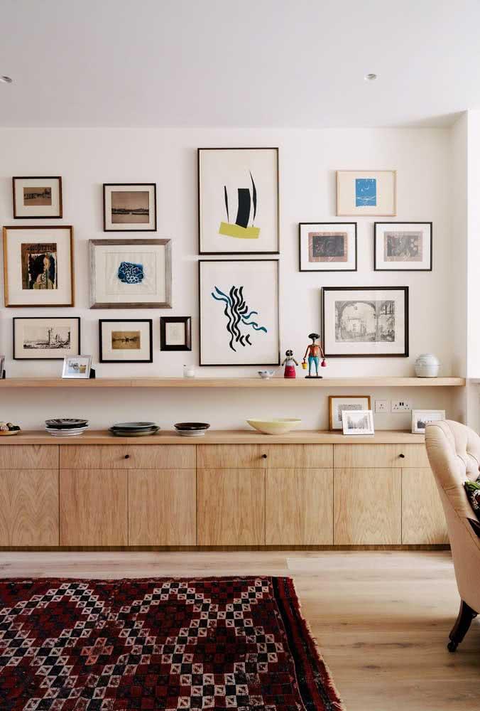 Apesar da composição irregular, os quadros dessa sala se assemelham no uso do fundo branco
