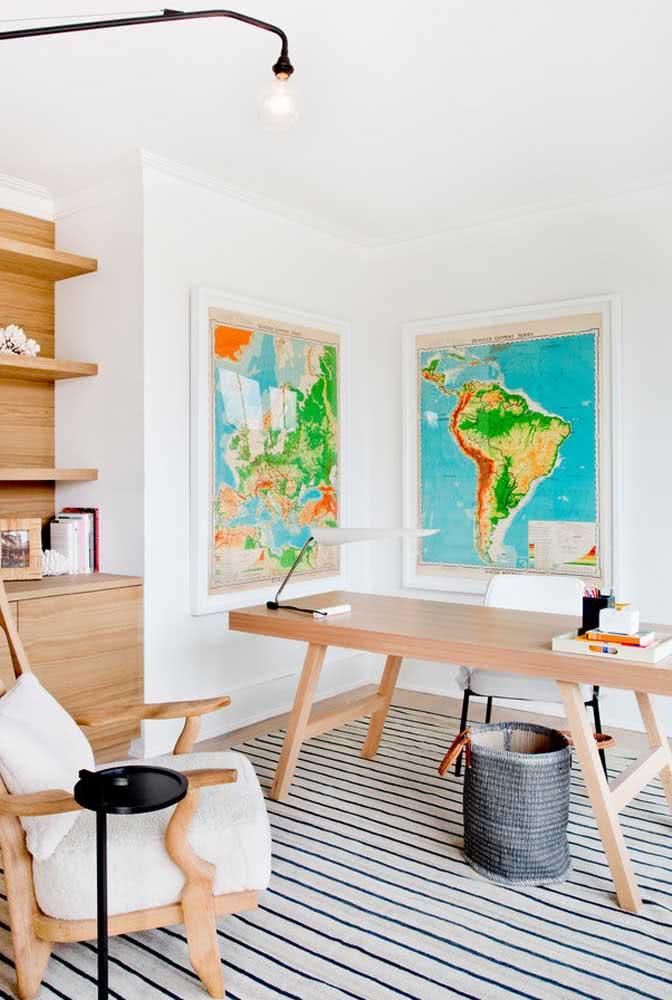Já para o home office, uma composição de quadros de mapas